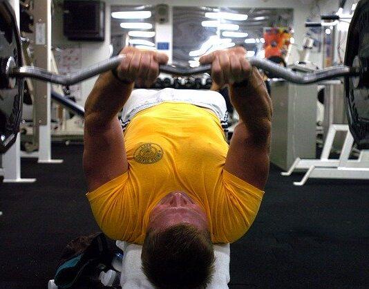 ćwiczenia na triceps siłownia