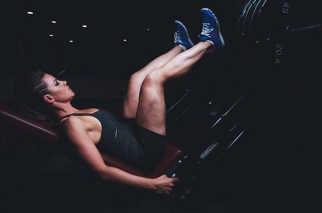 trening nóg na siłowni