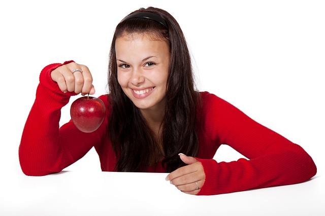 dziewczyna z owocem